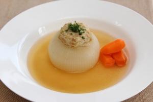 タマネギ丸ごとひき肉詰めスープ